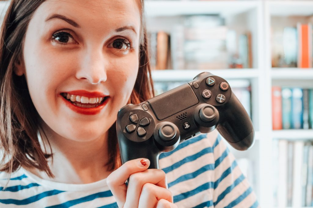 Frau mit PS4-Controller, Miss Foxy Reads